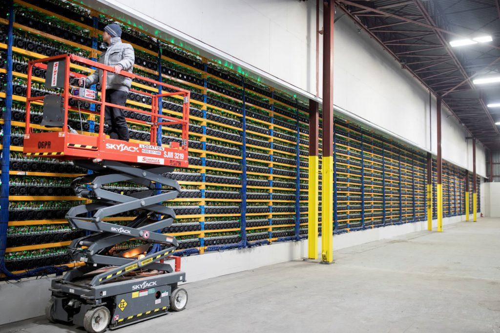 Een chinese miner controleert de computers om nog sneller nieuwe blokken te minen.
